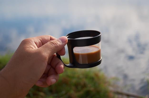 Xícara de café em atividade ao ar livre