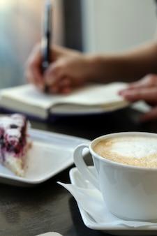 Xícara de café em cima da mesa