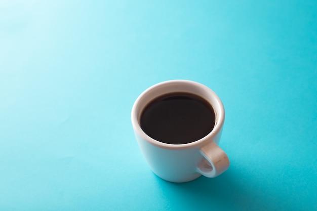 Xícara de café em fundo azul