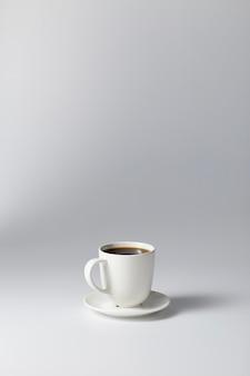 Xícara de café em fundo cinza brilhante