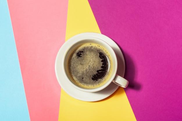Xícara de café em fundo colorido