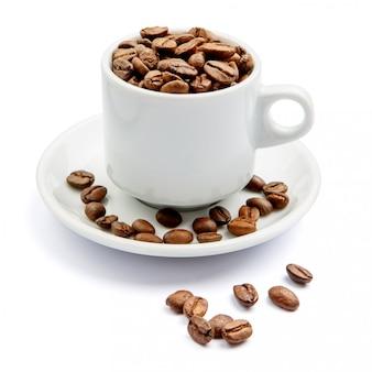 Xícara de café em grão no fundo branco