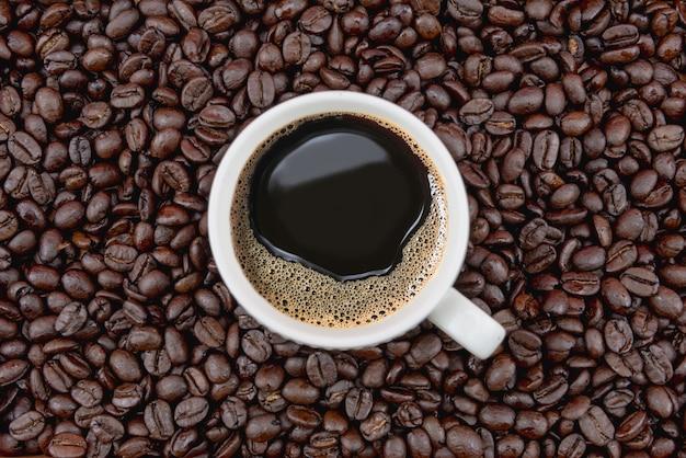 Xícara de café em grãos de café