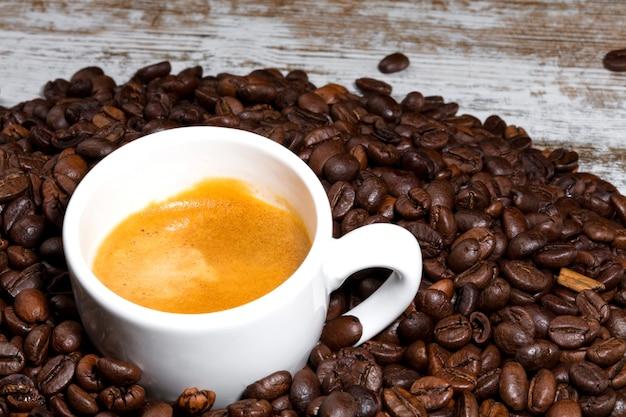 Xícara de café em grãos torrados
