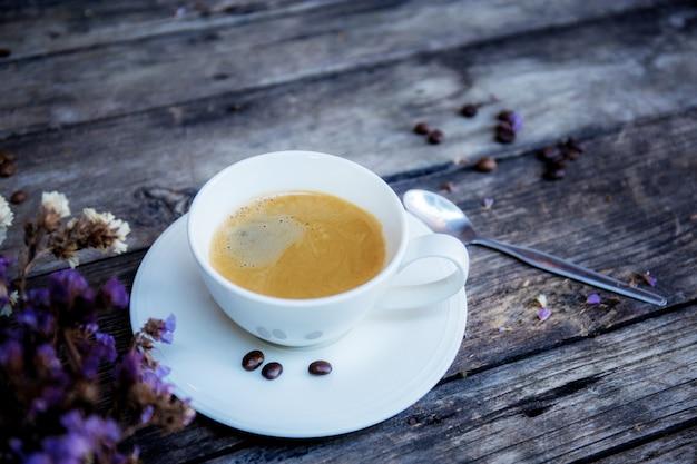 Xícara de café em madeira.