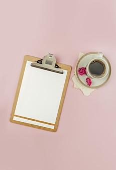 Xícara de café em papel rosa das tendências