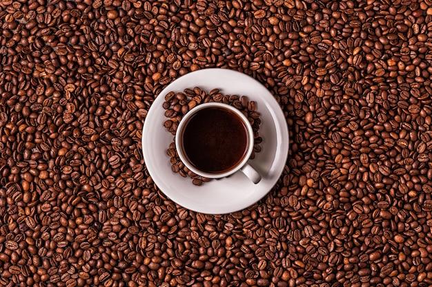 Xícara de café em um fundo de grãos de café