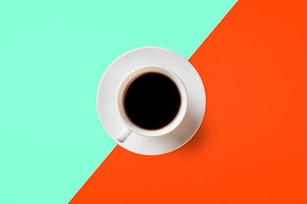 Xícara de café em um fundo de lush lava e cor aqua menthe
