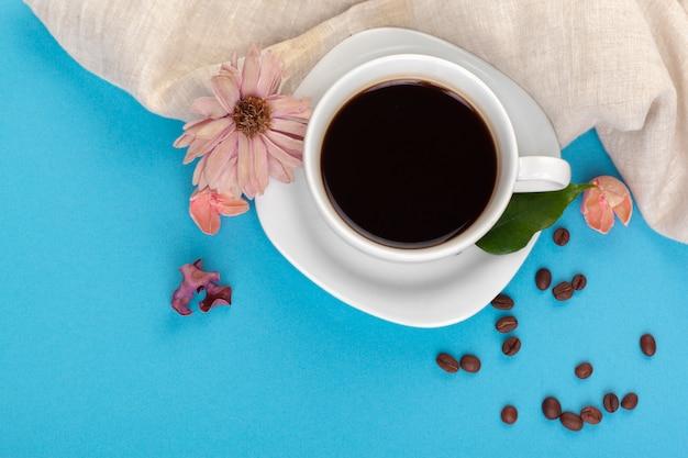 Xícara de café em uma mesa azul