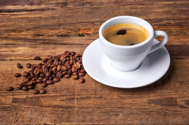 Xícara de café em uma mesa de madeira. fundo escuro.