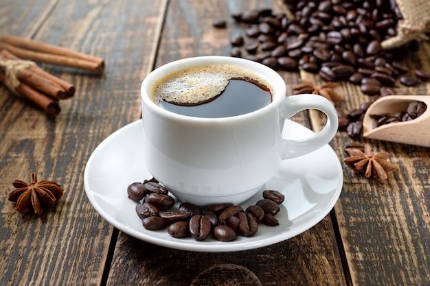 Xícara de café em uma mesa de madeira. o conceito de fazer café natural a partir de grãos de café de qualidade.