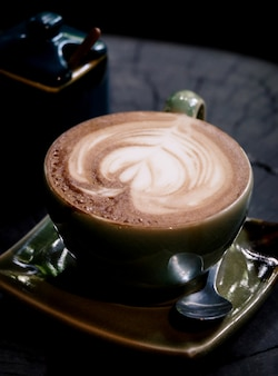 Xícara de café em uma mesa de madeira