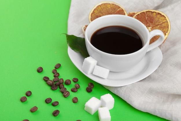 Xícara de café em verde.