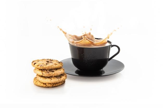 Xícara de café espirrando isolado no branco
