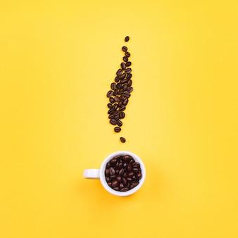 Xícara de café expresso branco com feijão em forma de vapor de café, fundo amarelo. configuração plana