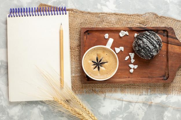Xícara de café expresso com bolo de chocolate na mesa branca bolo de chocolate biscoito biscoito com vista de cima