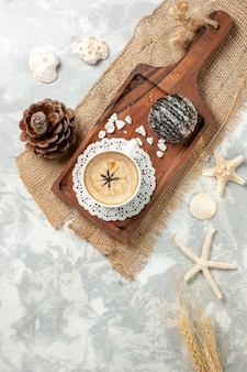 Xícara de café expresso com bolo de chocolate na superfície branca xícara de café expresso de topo