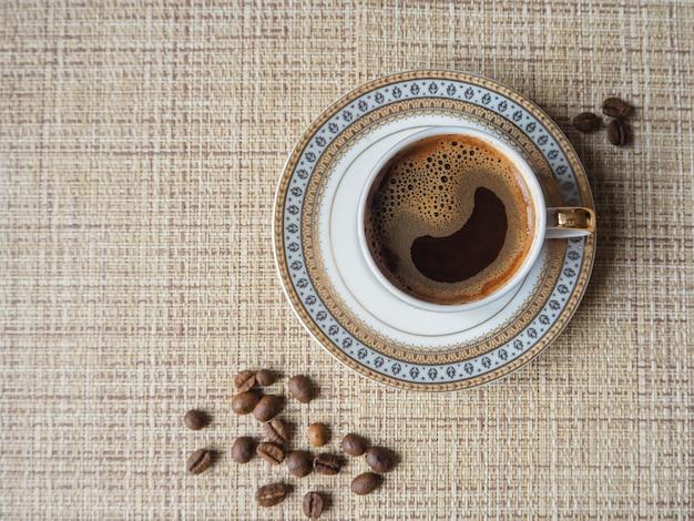 Xícara de café expresso com feijão