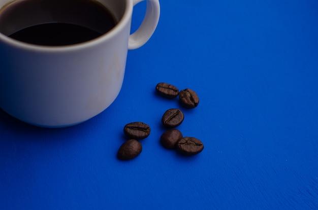 Xícara de café expresso com grãos de café