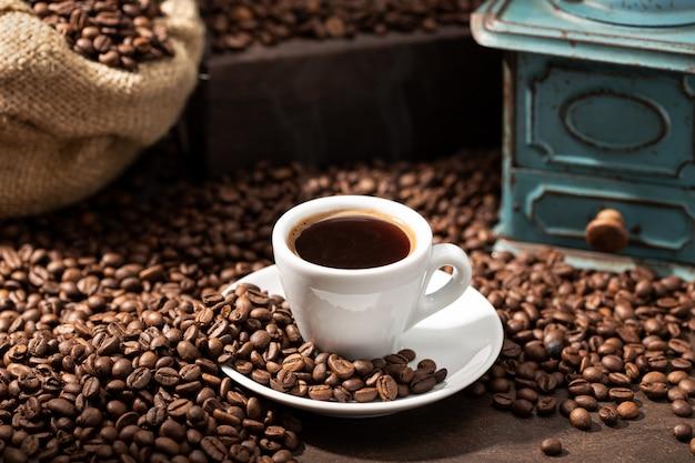 Xícara de café expresso e grãos torrados. fundo de café