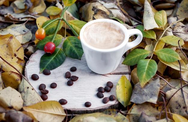 Xícara de café expresso em um toco de madeira