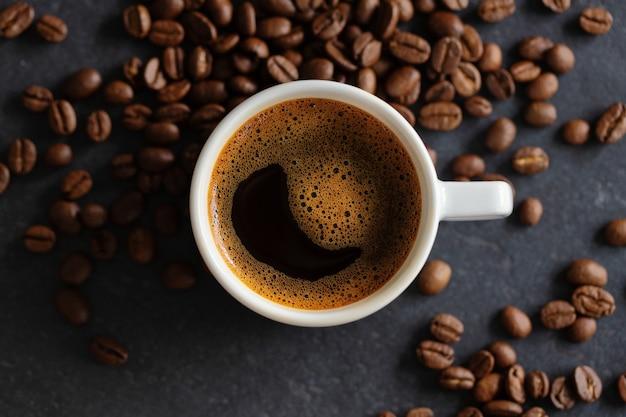 Xícara de café expresso fumegante em fundo cinza. fechar-se