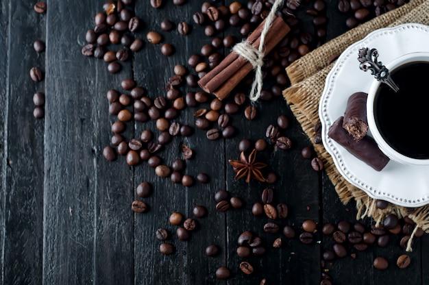 Xícara de café expresso italiano com canela