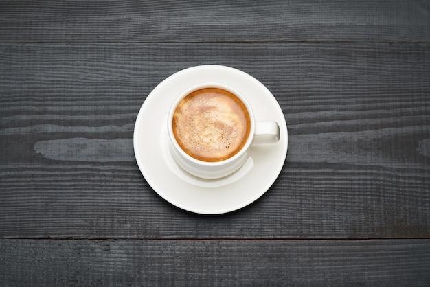 Xícara de café expresso na mesa de madeira escura