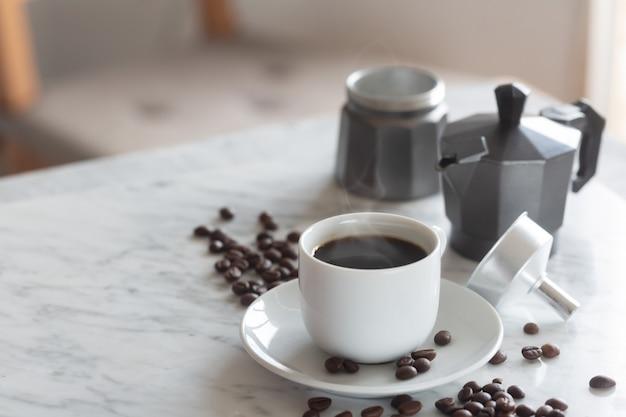 Xícara de café expresso quente em uma xícara branca tradicional