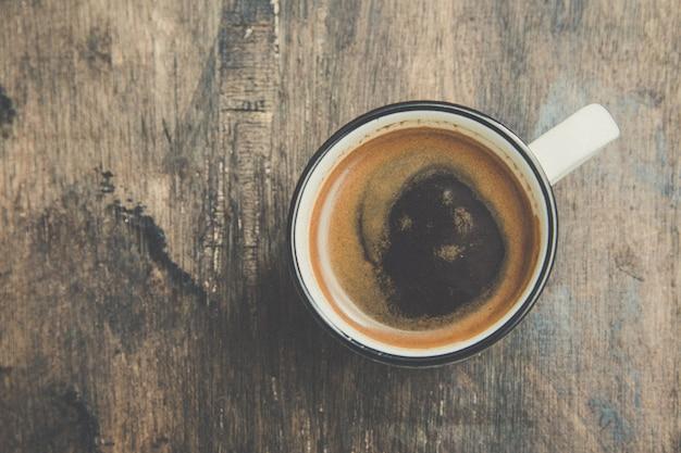 Xícara de café expresso. xícara de café em um fundo escuro de madeira