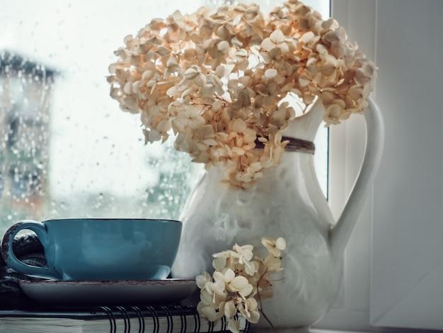 Xícara de café forte, buquê de flores lindas