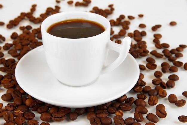 Xícara de café forte isolada no branco