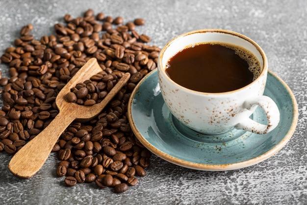Xícara de café fresco close-up em cima da mesa
