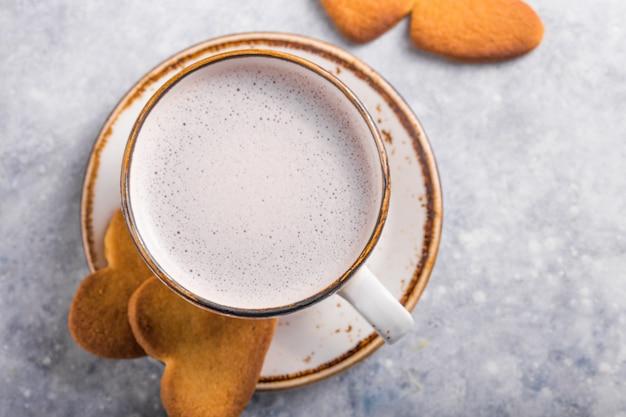 Xícara de café fresco e biscoitos de coração
