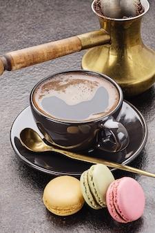 Xícara de café fresco e macarons