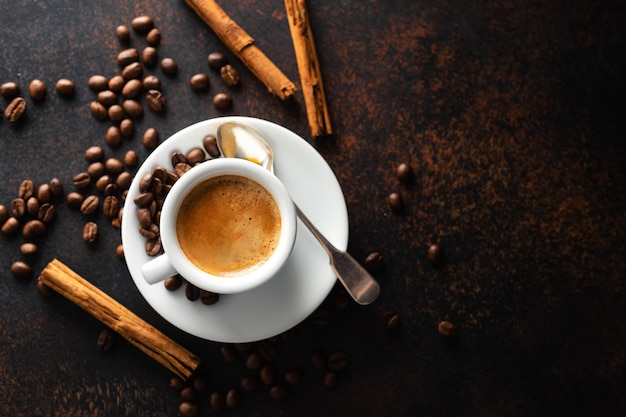 Xícara de café fresco feito servido na xícara