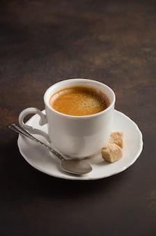 Xícara de café fresco no escuro.