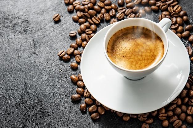 Xícara de café fresco servido no copo
