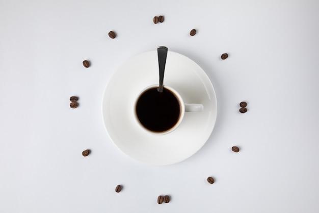 Xícara de café isolada no branco