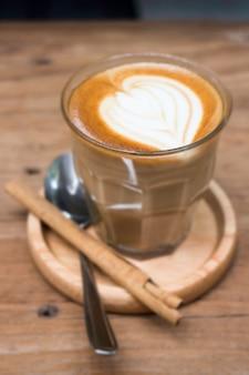 Xícara de café latte piccolo com latte art