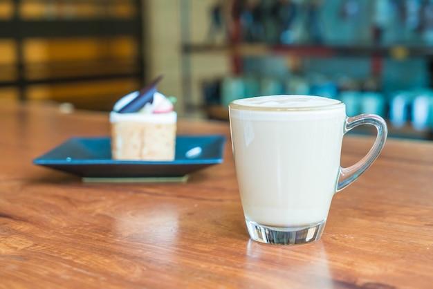 Xícara de café latte quente