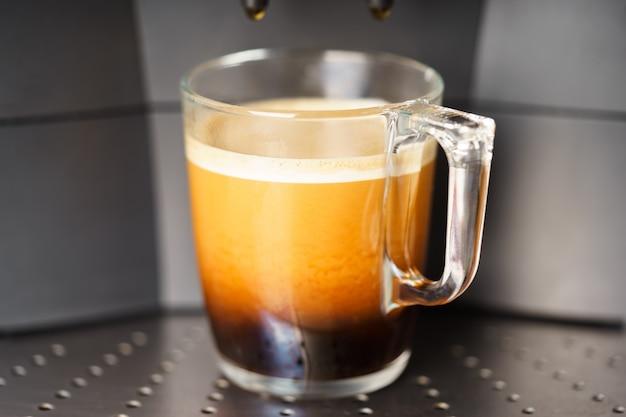 Xícara de café máquina de café fresco closeup