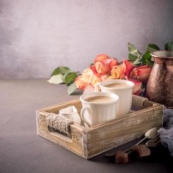 Xícara de café na bandeja de madeira vintage