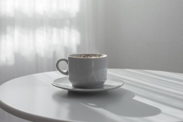 Xícara de café na mesa branca