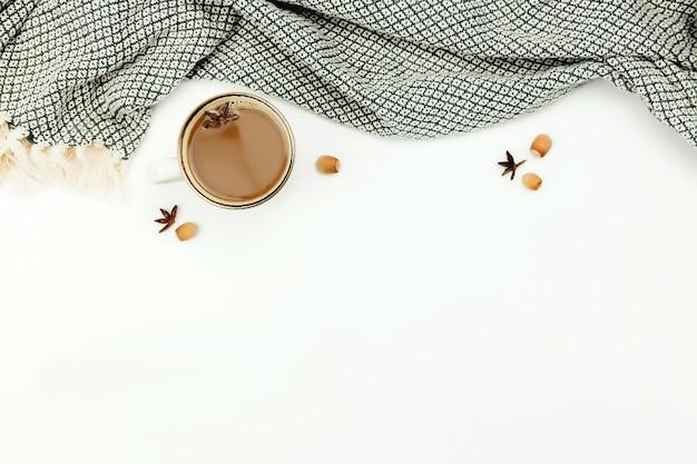 Xícara de café na mesa com manta.