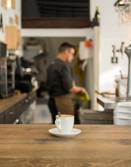 Xícara de café na mesa da barra no bar.