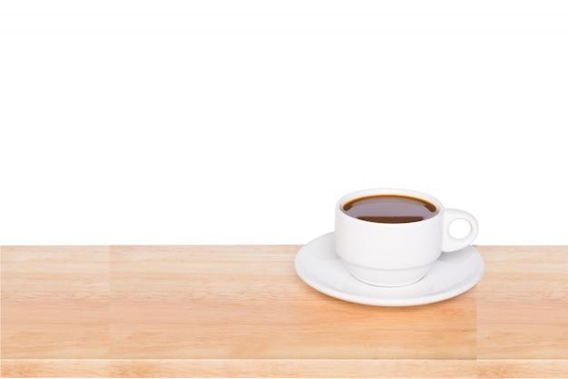 Xícara de café na mesa de madeira, isolada no branco