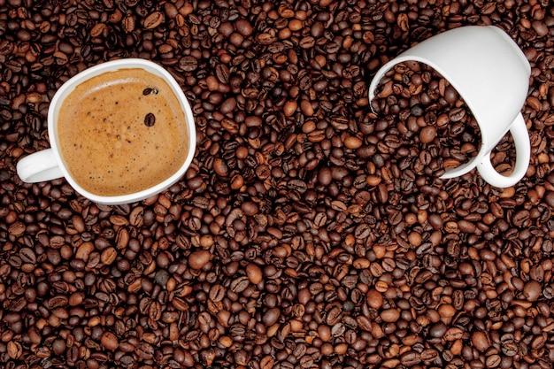 Xícara de café na mesa de madeira. ver de cima