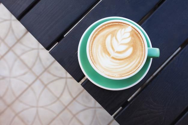 Xícara de café na mesa de madeira. vista de cima.