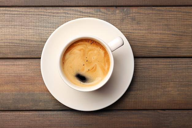 Xícara de café na mesa de madeira, vista superior